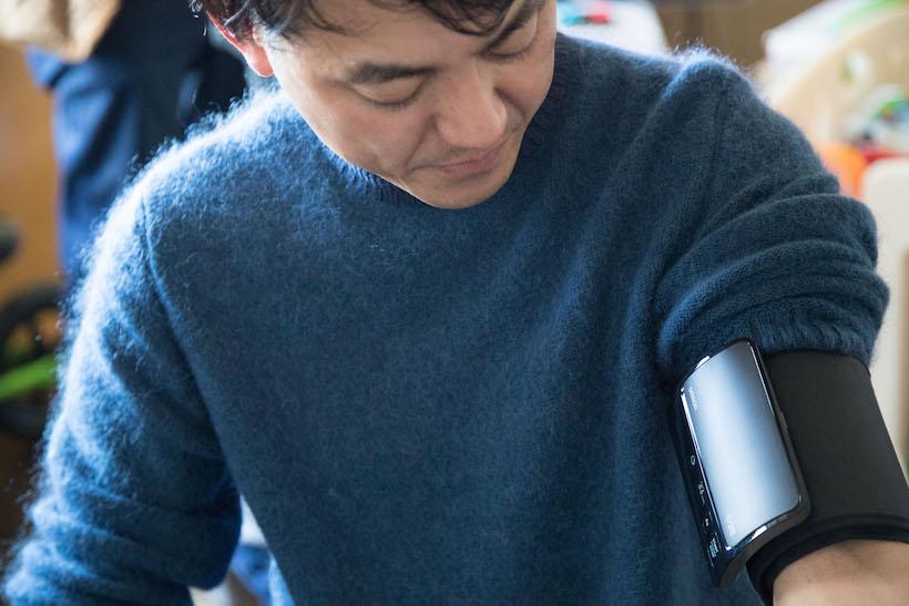 ↑スマートに装着してスイッチオン。コンパクトかつスタイリッシュなデザインで、違和感もない