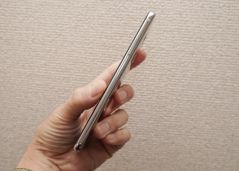 ↑約6.0インチ、わずか7.4mmの厚みサイズに最先端のイノベーションを詰め込んだ