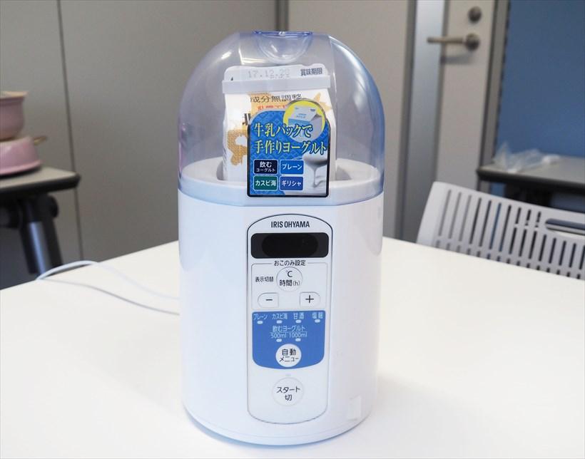 ↑新発売のヨーグルトメーカー KYM-013(参考価格は税別5980円。このような形で市販の牛乳パックが収まります