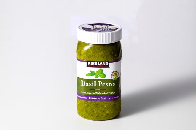 「バジルペースト」は624gで約1400円。冷蔵庫で保管する場合は、表面にオリーブオイルを足して膜を作ると酸化を防げるのだとか