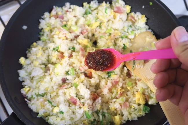 卵、ベーコン、ネギを入れたチャーハンを中華だしペーストで薄めに味付けし、最後にサテトムを加えた。これだけで味が大きく変化する