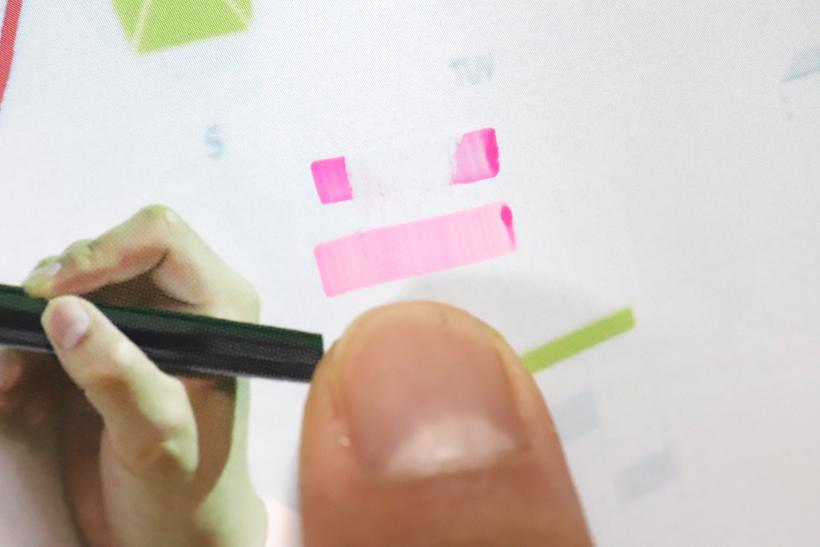 ↑上が一般的な蛍光マーカー、下がクイックドライ。書いて数秒後に指でこすってみると、クイックドライインクはしっかり定着している