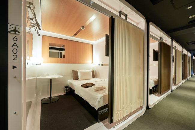 セミダブルサイズのベッドが備えられた「ファーストクラスキャビン」(1泊5400円~)。 トップの写真は標準的な客室「ビジネスクラスキャビン」(1泊4400円~)