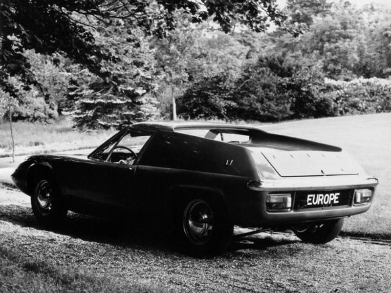 ヨーロッパ・シリーズ2。ドア内張りと木目調パネル、ラジオなど、GTカーらしい装備をおごる