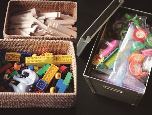 左のかごはよく使うおもちゃなのでゆとりをもたせて8割くらいにして取り出しやすくしています。一方、頻繁には使わないおもちゃは右側の蓋付きボックスで10割収納にして、別の場所で親が管理しています。かさばるおもちゃのパッケージは処分して保存袋で分類しています