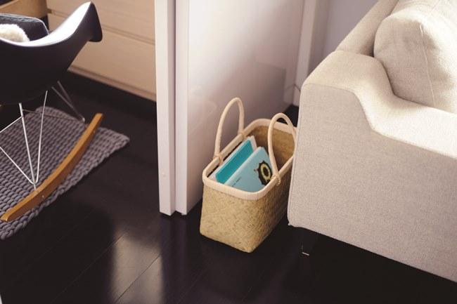 ソファの後ろに置いたかごには図書館から借りた本の定位置。借りもののようにチョイ置きしてしまいがちなものにも定位置を決めておくことで部屋が散らからない仕組みをつくっています。そのほか、家の鍵や携帯電話などにも定位置を決めておくと探しまわることもなくなります