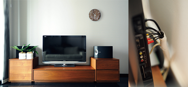 リビングではテレビが一番目につくので、蓋を閉めればスッキリ見えるテレビ台を選んでいます。ごちゃつきがちなテレビまわりの配線はホコリ除けも兼ねて、難燃性のコルゲートチューブで結束しています