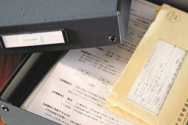 予防接種の通知などの子ども関連の書類は中身を確認してボックスに収め、シェルフ上段に
