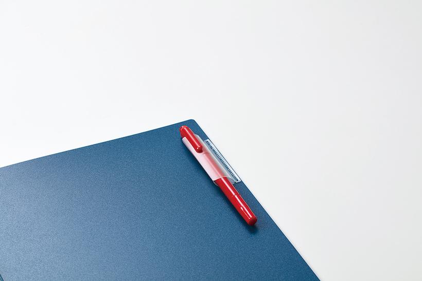 ↑ペンを1本収納できるペンホルダー付き