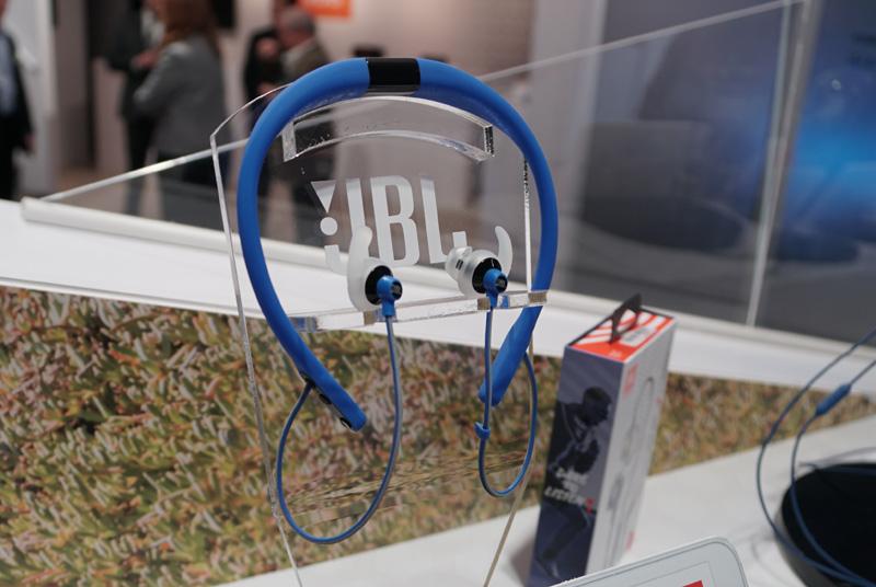 ↑ネックバンドを小さくコンパクトにした「JBL REFLECT FIT」