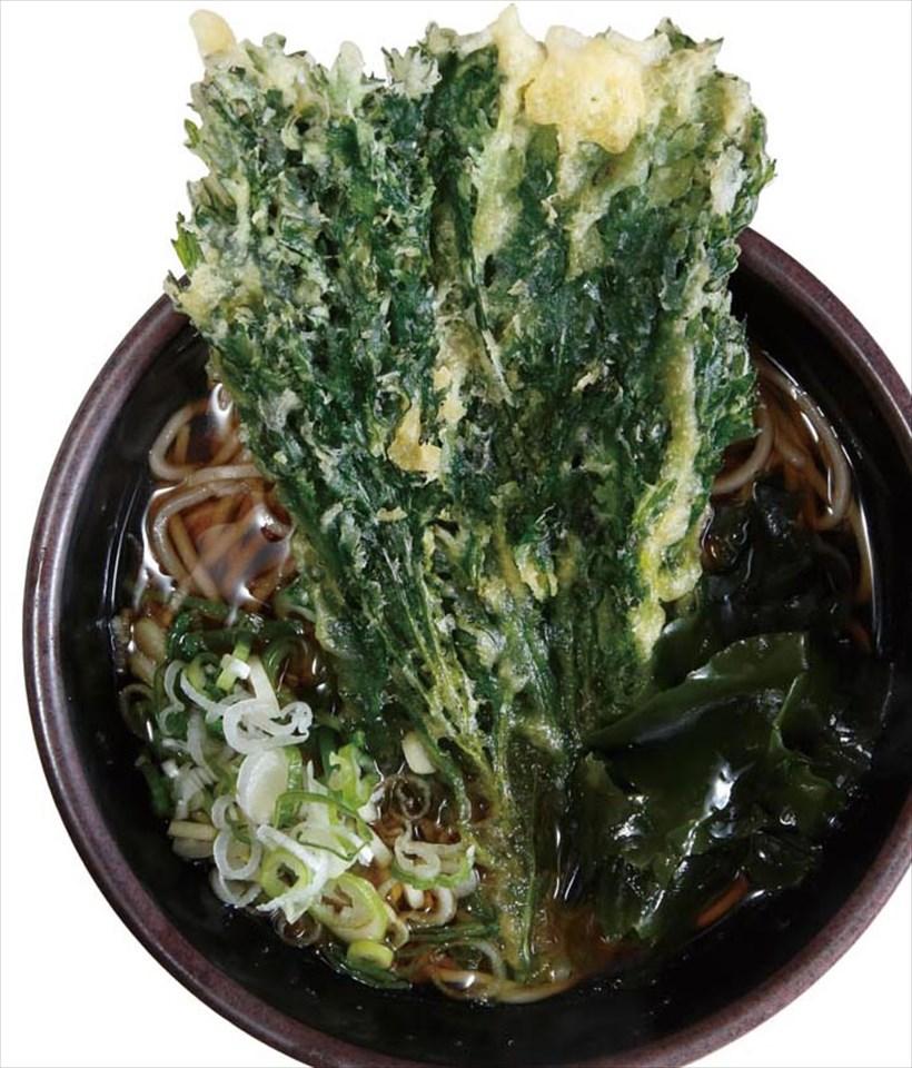 ↑春菊そば(430円)。迫力満点な春菊天は、香り高く心地よい苦味がある。そばは適度なコシともっさり食感で、立ち食いそば好きのツボにハマる