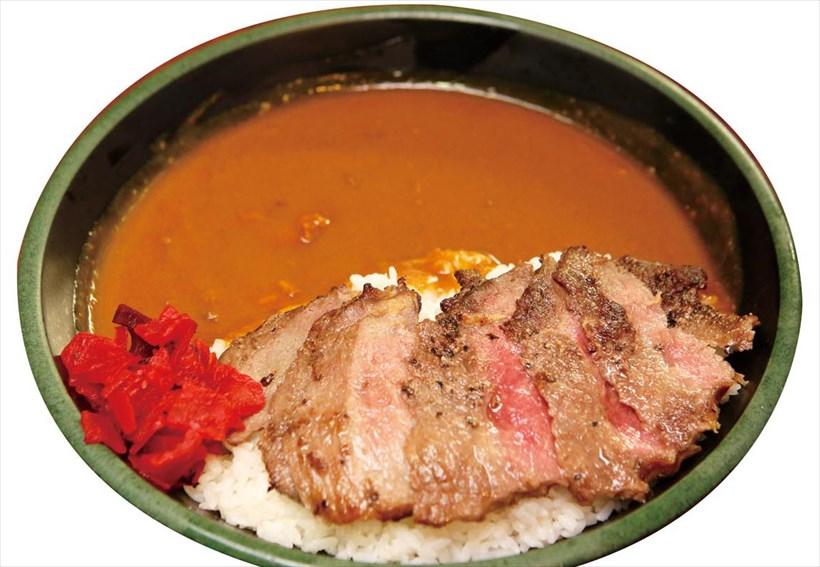 ↑ステーキカレー(通常1100円)。「ステーキカレー」はミディアムレアに焼いた牛肉をカレーにトッピング。ジューシーな牛肉と、あとからくるルーの辛さのマッチングが見事だ。通常1100円を火木土日は690円で提供