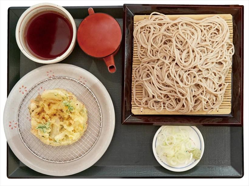 ↑5種野菜のかき揚げそば(せいろ)(750円)。玉ねぎ、かぼちゃなどの野菜をかき揚げに。野菜の甘みが辛汁で引き立つ
