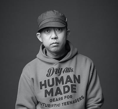 NIGO氏/90年代に自身が立ち上げたファッションブランドが世界中を席巻し、ストリートカルチャーのパイオニアとして有名に。2011年にブランドから完全に離れ、現在は「HUMAN MADE®」をはじめ、ユニクロ「UT」やフィリップモリス「iQOS」、中国最大手のユースカルチャーマガジン「YOHO!」といったグローバル企業、さらにはサイバーエージェントとの協業レーベルのクリエイティブディレクションを手がけるなど多岐にわたって活動する。一方で音楽シーンにも多大な影響力を与え続け、これまでにプロデュースしたアーティストや音源、映像は数々の作品賞も受賞。HONEST BOYZ®のプロデューサー兼DJとして活動する傍ら、Happinessのアルバムアートワークやグッズデザイン、三代目 J Soul Brothers from EXILE TRIBEのNAOTOが手がけるレーベル「SEVEN」とのコラボレーション企画、飲食店舗「CURRY UP」のプロデュースなど、ファッションの垣根を超えた分野でもマルチな才能を発揮している