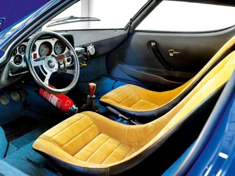 内装はシンプル。シルバー色のメーターパネルやバケットタイプのシート、ヘルメットが収納できる深いポケットなどを設定していた