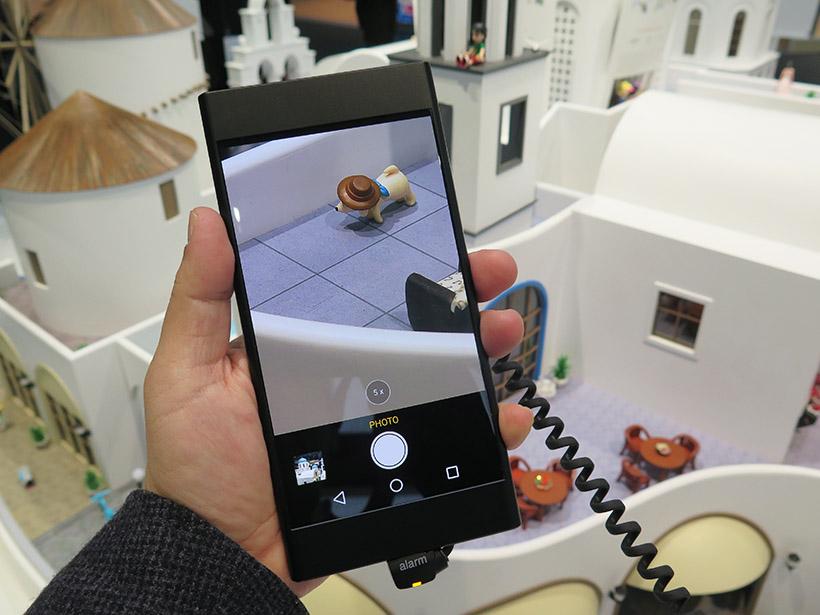 ↑昨年の春にスペイン・バルセロナで開催された世界最大級のモバイル展示会「Mobile World Congress 2017」では、デュアル5倍光学ズームカメラを搭載したプロトタイプを出展し、技術の先進性をアピールしていた