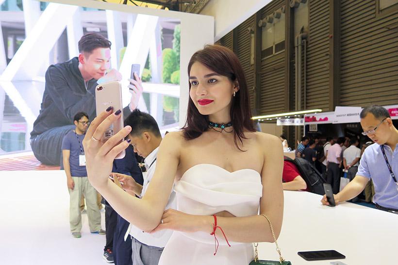 ↑昨年6月に発表した「R11」は、2000万画素のフロントカメラを搭載し、世界的な人気を集めた