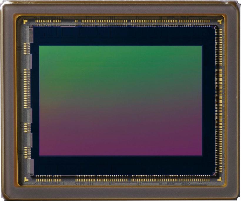 ↑実際の画素数を上回る高い解像力が得られる「X-Trans CMOSⅢ」センサー。従来比約2倍の高速読み出しで、AFや連写性能に貢献