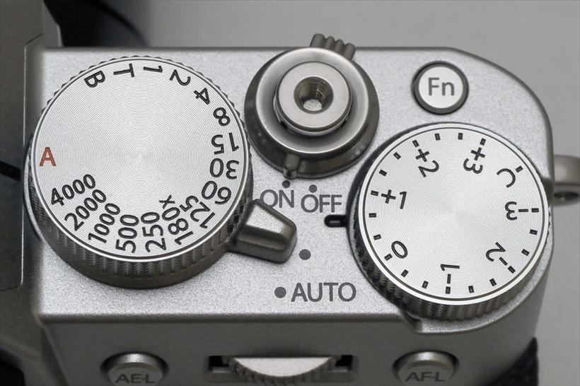 ↑ダイヤルを採用したことで、視認性が高まりカメラの状態も分かりやすい。フィルム時代のカメラを使用していたユーザーにも好評