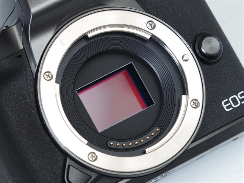 ↑センサーはAPS-Cサイズで、マウントは独自のEF-Mマウントを採用。アダプターを用意することで、豊富なEF/EF-Sレンズが使用可能になる