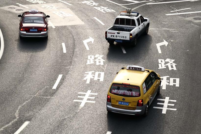 ↑クリエイティブアシストを選び、コントラスト+4で撮影。道路の文字や質感が強調され、平凡な風景ながら印象の強い写真になった。83.2ミリ相当 プログラムオート(F5.6 1/80秒) ISO250 WB:オート