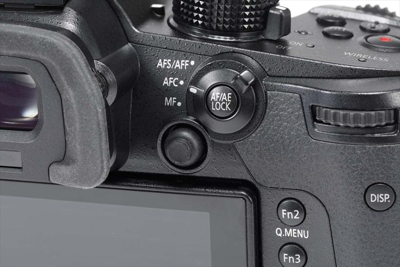 ↑ボタン類が多く、多機能を素早く操作可能。右手親指の部分には、測距点を動かせるジョイスティックやフォーカスモードレバーがある