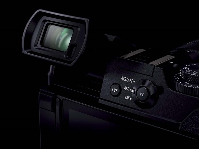 ↑GX8は、チルト可動式のLCDファインダーを搭載。液晶はバリアングル式で、カメラの縦横を問わず自由なアングルで撮影しやすい