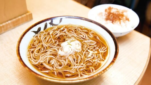 【立ち食いそば】「つゆがウマい店」東京代表といえば? ライスにかける「魔法の粉」も見逃せない日本橋の名店がコチラ!