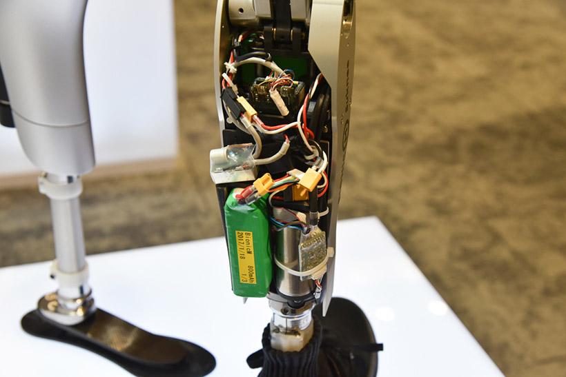 ↑義足の中には基板や配線、モーターやセンサーなどが組み込まれている。今後はこれらをもっとすっきりさせ、さらなる軽量化を目指す。素材もカーボン製にしたいとのこと