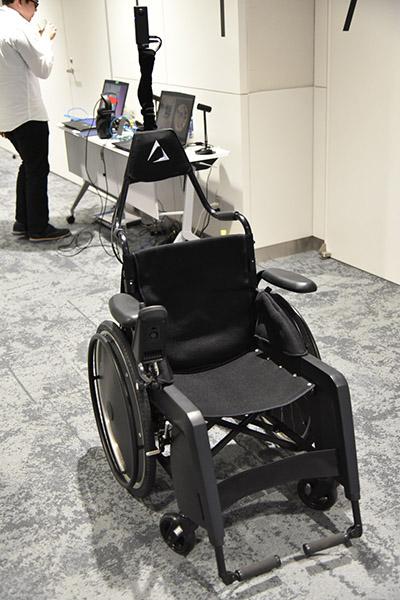 ↑ベースとなるのは市販の車いすのデザインを改良してもらったもの。電動車いすなので自走も可能