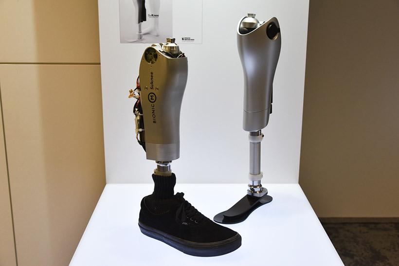 ↑手前が現在のプロトタイプ。後ろにあるのが次期プロトタイプ。デザインをさらに追求し、足首も稼働するようにするという