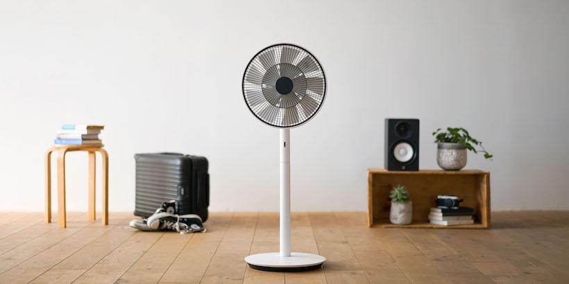 """2010年に登場し、バルミューダのブレイクスルーとなった商品が、扇風機「GreenFan」。羽根の構造をイチから見直し、""""扇風機の風に直接当たると不快""""というイメージを根底から覆した。DCモーターにより消費電力を極限まで抑えられ、2011年の東日本大震災を契機に高まった節電需要にも応え、さらに注目を浴びることとなった。最新モデルは「The GreenFan」(実売価格3万8860円)"""