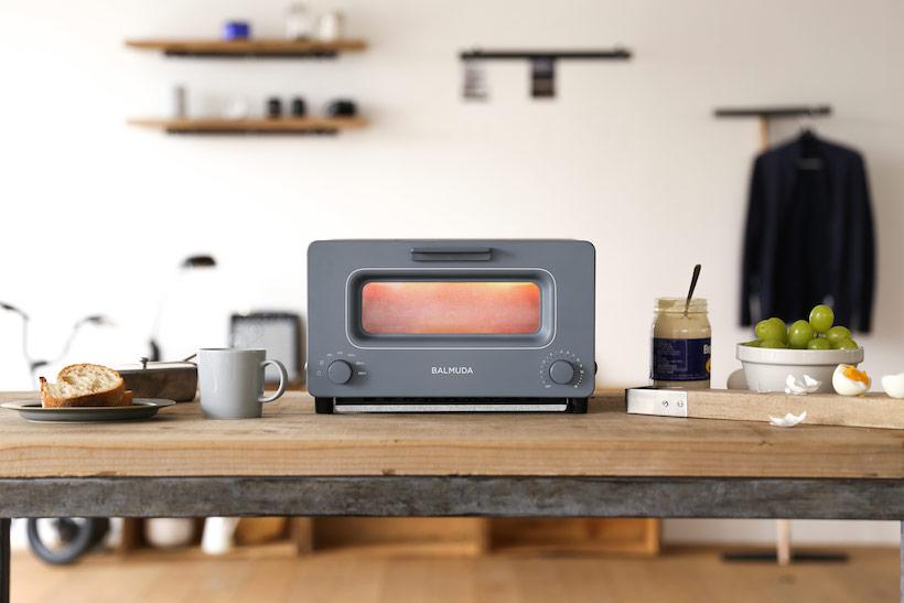 バルミューダが初のキッチン家電として発売し2度目のブレイクスルーをもたらした「BALMUDA The Toaster」(実売価格2万4732円)。最初に注入する5ccの水が焼き始めにパンを蒸気で包み込み、焼き上がりまで細かく温度制御を行うことで、中はふわふわ外はカリッとおいしさが閉じ込められたトーストを焼ける。同製品の大ヒットは、大手家電メーカーが次々と高級トースターを発売するムーヴメントを作り出した