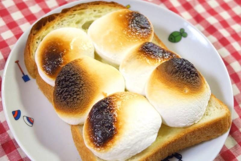 マシュマロに少し焦げ目が付く程度でトースターから取り出します。焦げすぎないように注意!