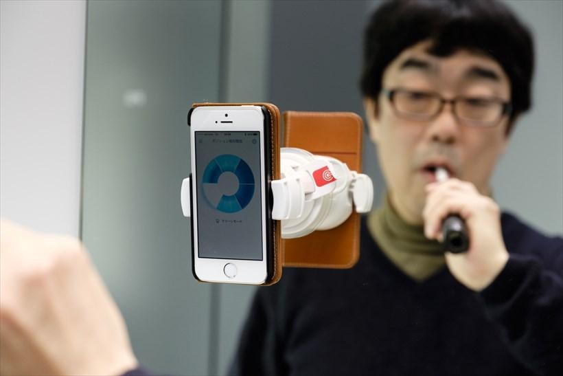 ↑アプリ上で「ポジション検知機能」を起動し、「カメラの設定」を押したあと、画面中央の円の中に顔が入るように顔の位置を調整します。設定後に磨き始めると、口内を6分割した青の円形表示が徐々に白く変化します。ときにはブラシの位置と白くなっている位置が微妙にずれることも