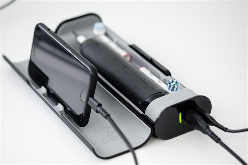 ↑トラベルケースにはブラシを2本収納可能。ケース側面に電源アダプター用の端子とUSBポートを搭載し、歯ブラシとスマホを同時に充電することができます。ふたのスリット部分にスマホを差し込んでスマホホルダーに。これを洗面台に置けば、ポジション検知機能も使えます