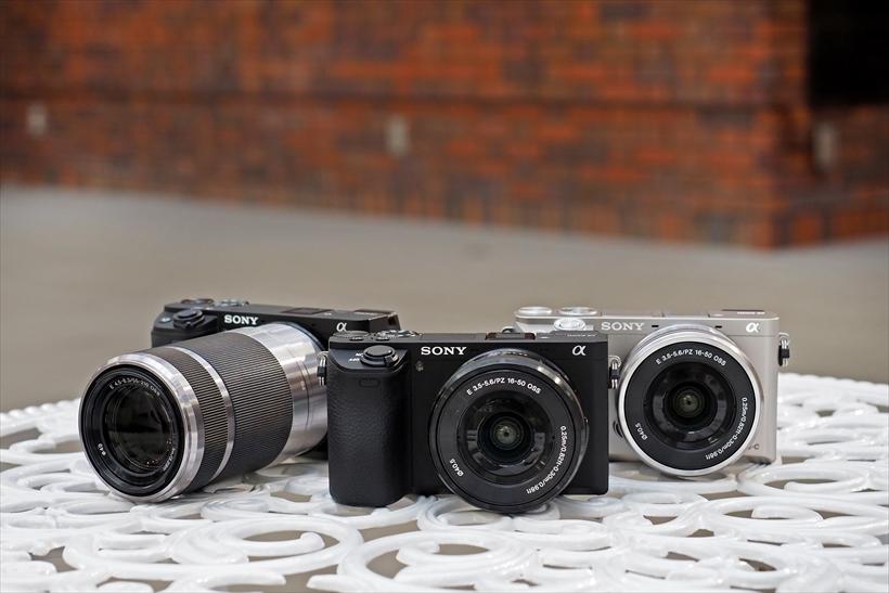 ↑α6500(中央)、α6300(左)とα6000(右)。2014年の初代モデルα6000の発売から3年以上経過したが3機種とも現行機だ。それだけに、性能や金額の差が気になる