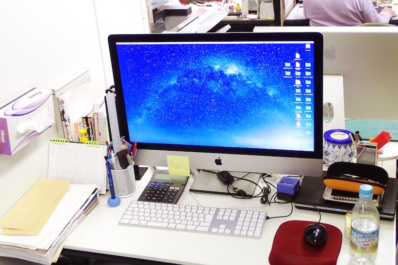 ↑筆者の会社デスク(1100×700㎜)。机の天板はほとんど見えない