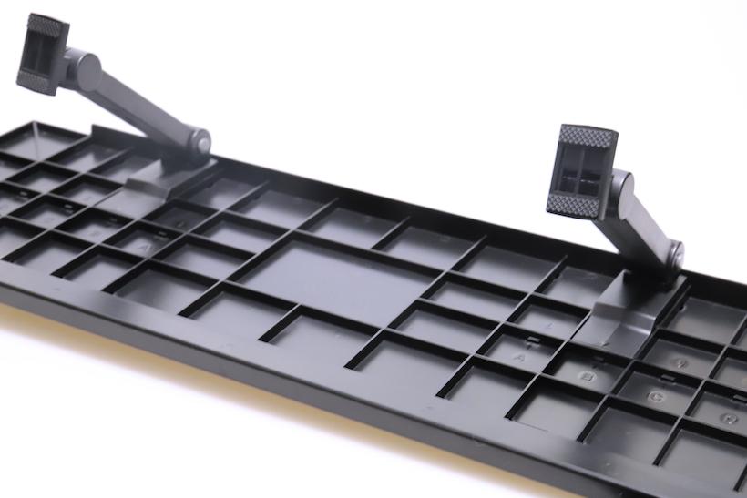 ↑棚板の裏面に取り付けられたアーム。アーム位置は、液晶モニター裏の凹凸に合わせて変更が可能