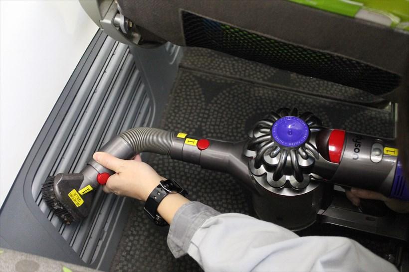 ↑ダクトは硬いブラシがついたハードブラシと延長ホースを組み合わせてお掃除します