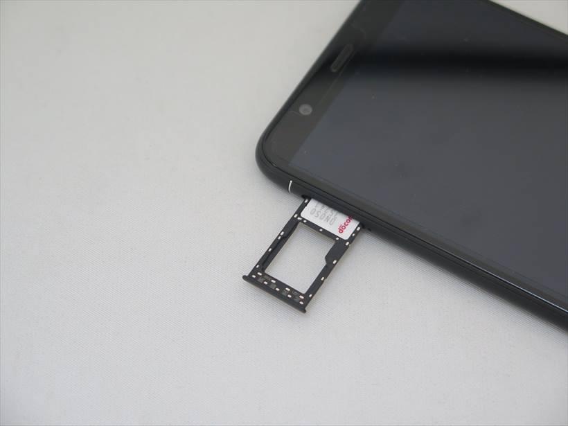 ↑nano SIMを2枚セットできるが、DSDSには非対応。microSDスロットも兼ねる
