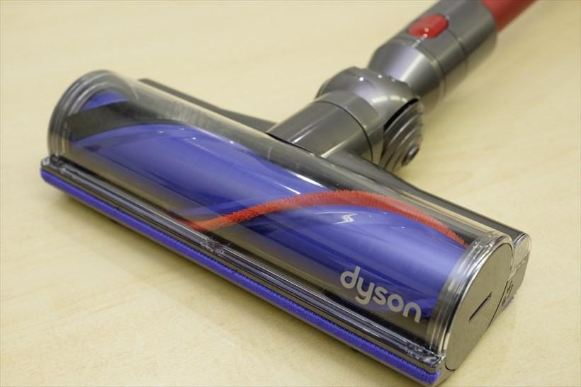 ↑高い集じん力に貢献するAnimalproのダイレクトドライブクリーナーヘッド 。クリーナーヘッド内部にパワフルなモーターを搭載。 硬いナイロンブラシがカーペットに入り込んだホコリやペットの毛までもかき取るとともに、静電気の発生を抑えるソフトなカーボンファイバーブラシが微細なホコリやペットの毛までもかき取ります