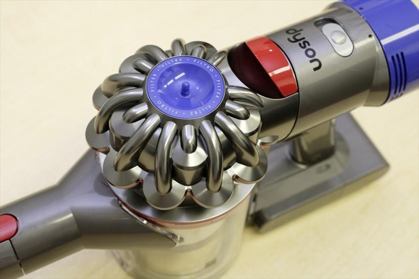 ↑ダストカップの上部にあるのが「2 Tier Radial™ サイクロン」。小さな円すい形が寄り集まった独特の形状です。後部に取り付けられた青い部分がポストモーターフィルター