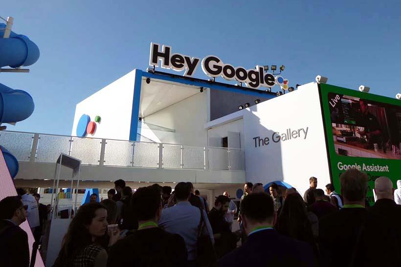 ↑話題の中心はAI音声アシスタント。アマゾンのエコーを迎え撃つグーグルは「Google Assistant」専用ブースを用意し、Google Homeが当たるイベントも展開された
