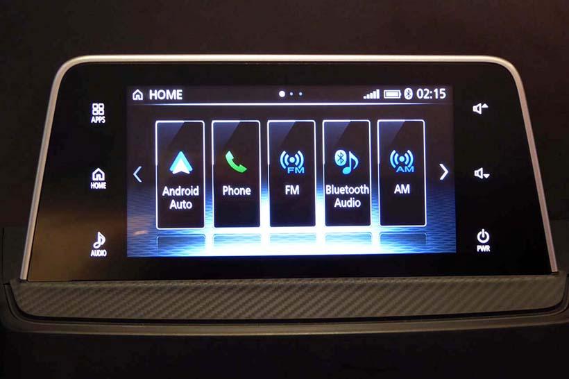↑三菱自動車の最新モデル「エクリプスクロス」に搭載されたディスプレイオーディオ。ケンウッドによるOEMで、CarPlayやAndroidAutoに対応する