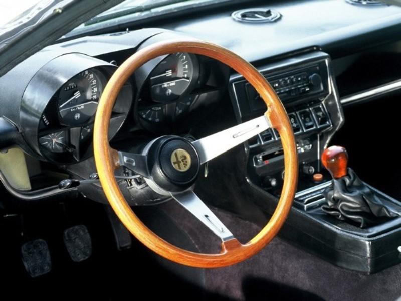 """大型スピードメーターと大型タコメーターをドライバー前に設置。センター部には空調やパワーウィンドウなどのスイッチ類のほか、ベルトーネの""""b""""エンブレムが組み込まれる。MTシフトはほぼ直立状態の短いレバーを採用"""