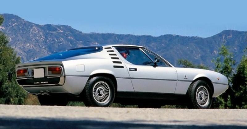 流れるようなファストバックのルーフライン、テールエンドを切り落としたコーダトロンカ形状など、当時のスポーツカーの流行のデザインを採用