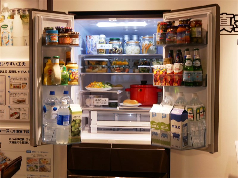 ↑冷蔵庫上段の棚は床から高さを約157cmに設定できます。取っ手付きの小物ケースも新たに2個付属して、最上段の食品も取り出しやすくなりました