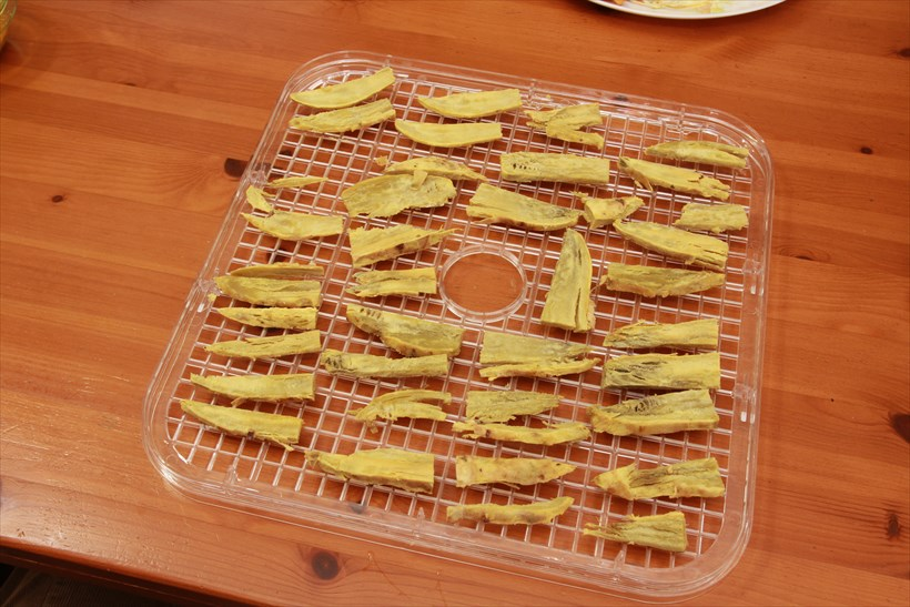 ↑3回目にしてようやく成功した干し芋。サツマイモの甘味としっとりした食感が、おやつにサイコー!