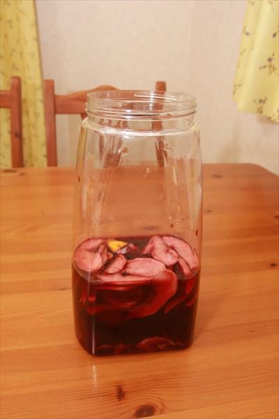 ↑レモン、リンゴ、オレンジ、キウイをドライにし、それをグラニュー糖を入れた赤ワインに一晩漬け込めばサングリアのできあがり